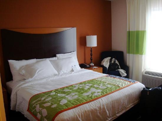 Fairfield Inn & Suites: King size room