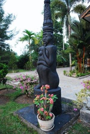 Palangkaraya, Indonesien: Patung dayak di halaman rumah