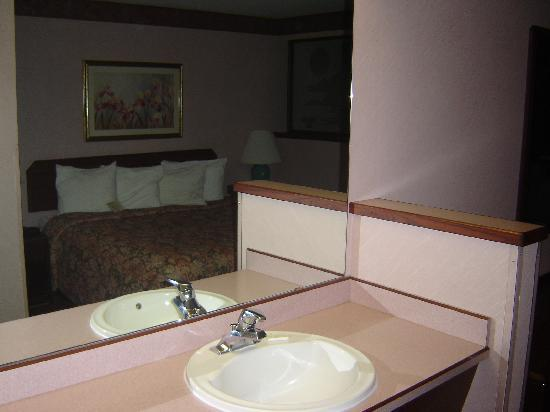 Best Western Wilsonville Inn & Suites: Sink & Bed