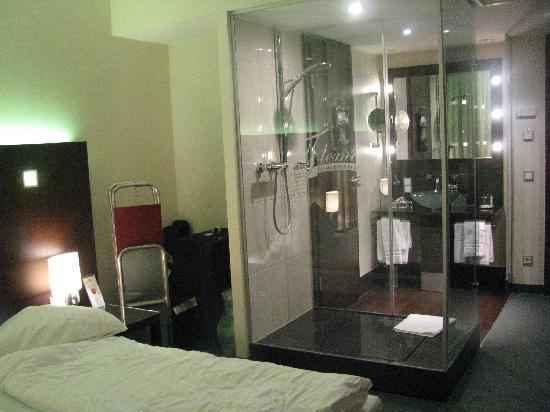 My Hotel Room With Shower In The Centre Bild Von Fleming S