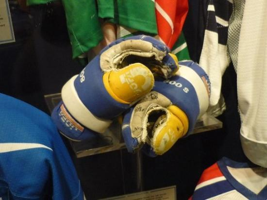 Toronto, Canadá: My gloves at the HHOF! Wow!!!