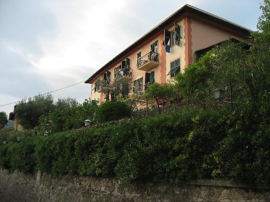 Hotel Villa Belvedere: Hotel Villa Belevedere from the road