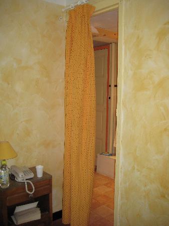Hotel Le Louvre : Bathroom door!