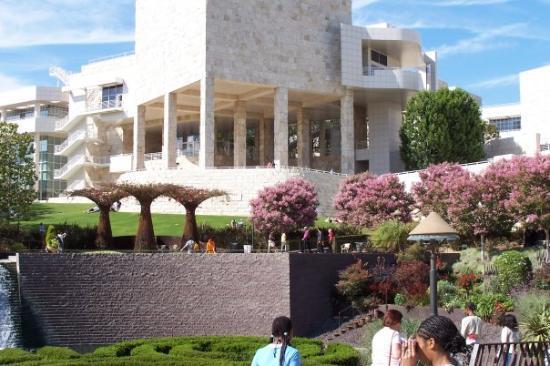 The Getty Museum dari nama Paul J. Getty Museum ini ada di Los Angeles dan di balik jalan tol j