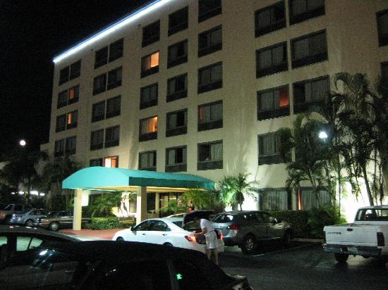 Days Inn Fort Lauderdale Hollywood/Airport South: Hotel front at night