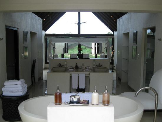 Lion Sands Ivory Lodge: Bathroom over looking the bedroom