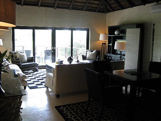 Lion Sands Ivory Lodge: Main indoor lounge area