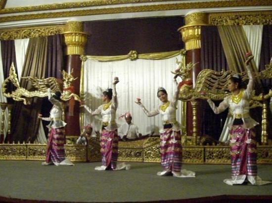 Karaweik Palace: Cultural shows/traditional dance performance at Karaweik Restaurant.