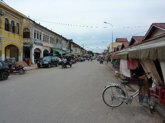 Le Tigre Hotel : Looking down main street, Siem Reap
