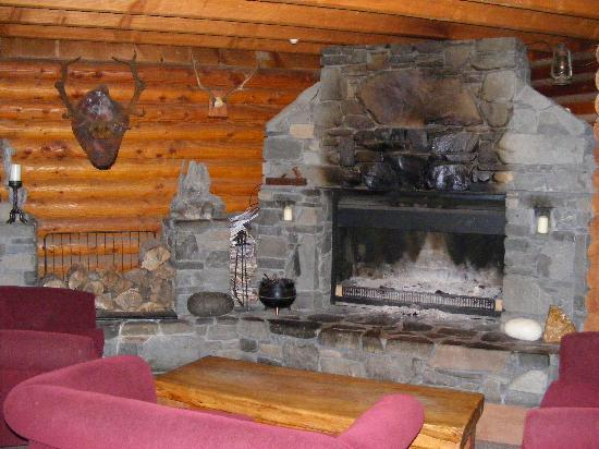 Mt Lyford Lodge: Fireplace