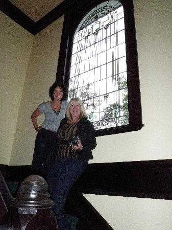 Joan Brown's Bed and Breakfast: Kate & Carol admiring the staircase