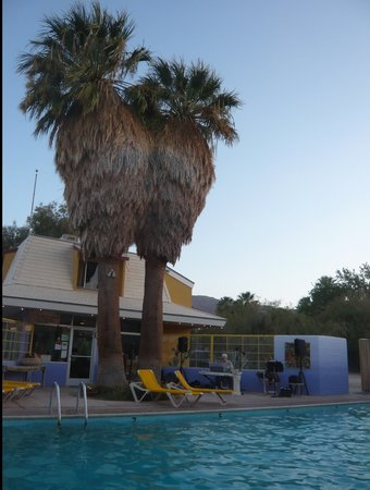 29 Palms Inn: Musique au bord de la piscine
