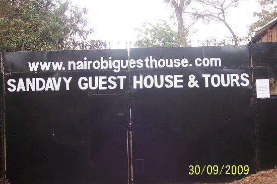 Sandavy Guest House - Kilimani: Gate with security