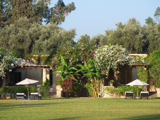 La Gazelle d'Or: vue des pavillons, devant la pelouse