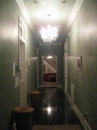 AAE Bourbon House Mansion & Hostel: entrance hallway leading to common room
