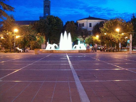 Cattolica, Italy: La piazza del comune di sera