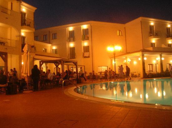 Blu Hotel Morisco Village: La piscina di notte
