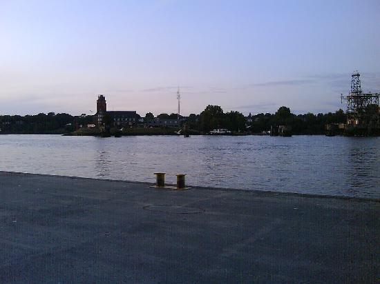 The Rilano Hotel Hamburg : Coucher de soleil sur l'Elbe depuis le quai