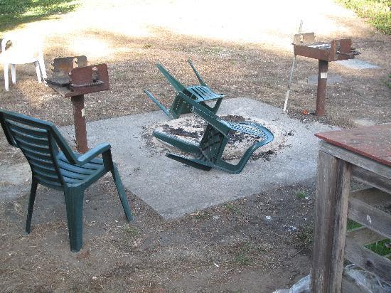Pine Beach Inn: BBQ Pit