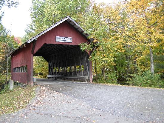 Innsbruck Inn At Stowe : covered bridge by the property
