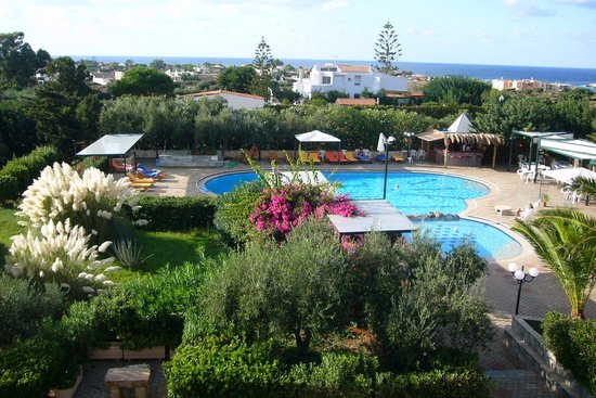 Akrotiri Villas / Artemis Apartments: Pool and bar area