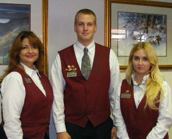 Black Bear Inn & Suites: Front desk staff :Chantal , Andrew & Jamie
