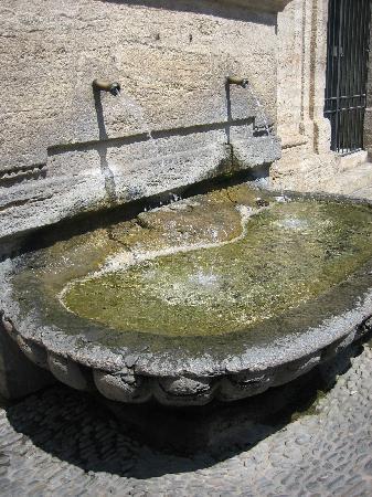 Pezenas, France : Fontaine dans la vieille ville
