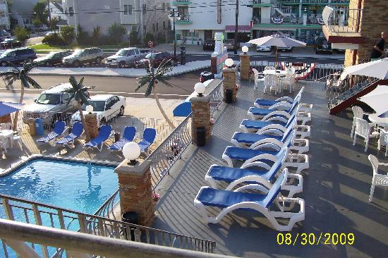 Florentine Family Motel: pool and sundeck
