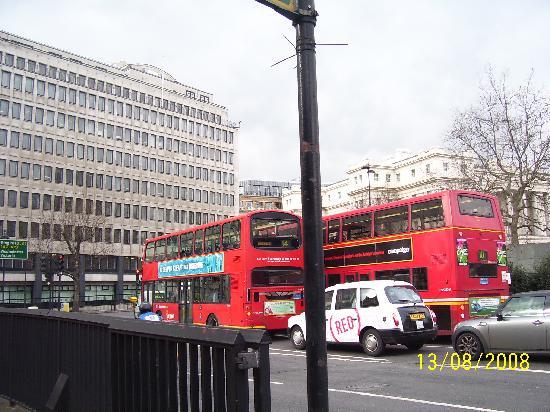 I tipici bus rossi a 2 piani e il taxi foto di londra for Nuovi piani coloniali in inghilterra