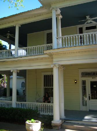 Star of Texas Inn : porchswinging.