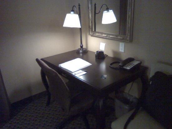 Hampton Inn & Suites by Hilton Edmonton/West : Workstation with ample space