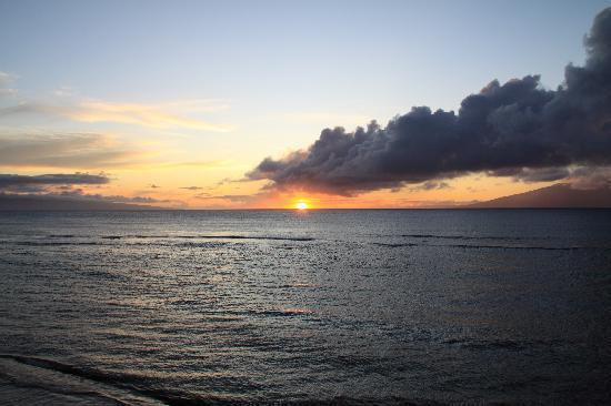 Hololani Resort: Sunset from B404