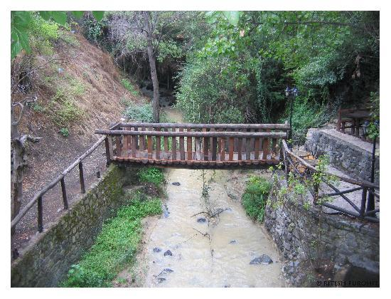 Kakopetria, Cypr: Bridge over the stream that runs below the hotel