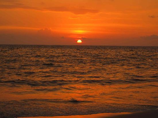 Pozhiyoram Beach Resort: Sunset