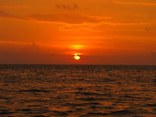 Pozhiyoram Beach Resort: Sunset