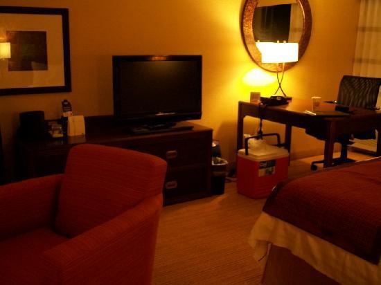 Courtyard Scranton Wilkes-Barre: desk/tv