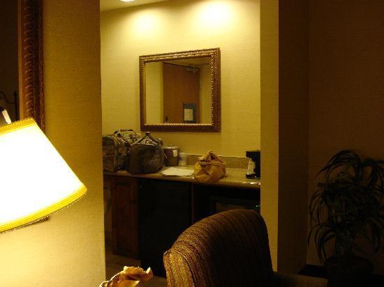 Hampton Inn and Suites Kingman : entrance to the suite