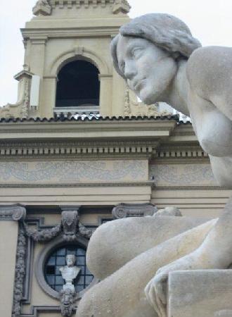 Barcelona, Spanien: Descending Montjuic into Plaza