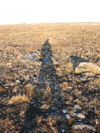 Clyde River, Canadá: mon ombre du soleil de 9:00 dans la tundra