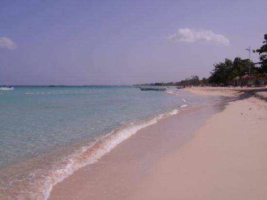 Kuyaba Hotel & Restaurant - Negril: Beach in front of Kuyaba
