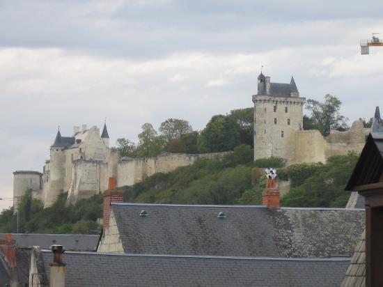 Hotel Le Plantagenet: vue du château de Chinon depuis la chambre