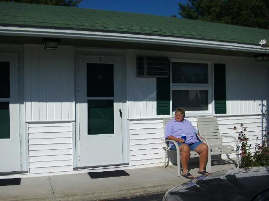 Ne'r Beach Motel: outside our room #3