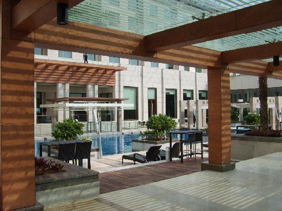 Novotel Hyderabad Airport : Novotel swimming pool area