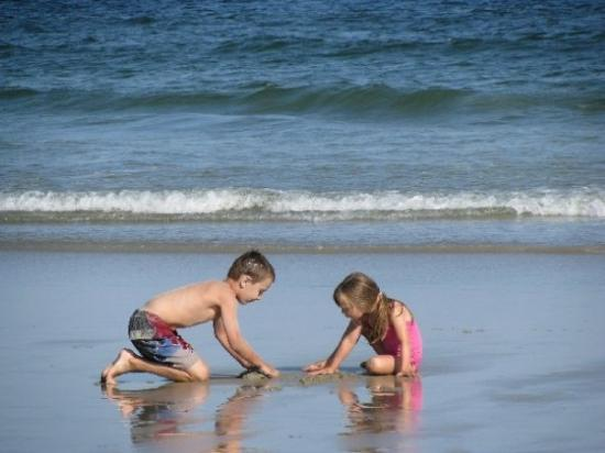 Old Orchard Beach: Les enfants adorent jouer sur la plage!