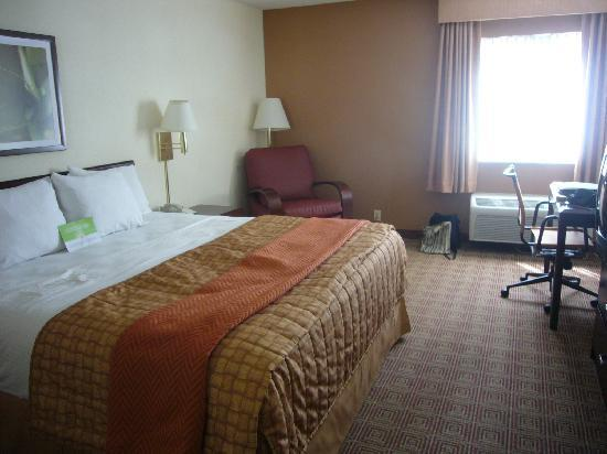 La Quinta Inn & Suites Portland: view of the room. King size bed.