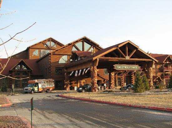 Great Wolf Lodge: Front view.