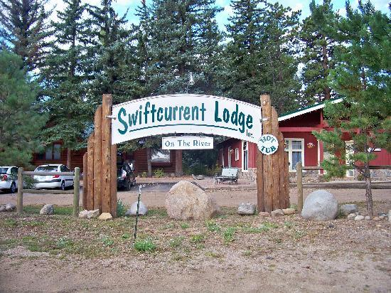 Swiftcurrent Lodge On The River: Is nicer then the picture would have you believe