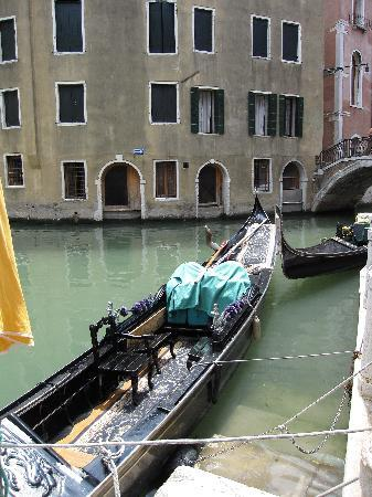 Hotel Riva: Canal right off front door