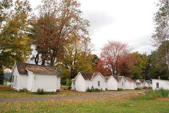 Autumn Mountain Winery & Cabins: Cottage community.