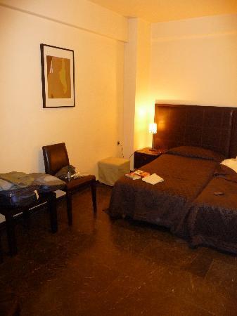 Hotel Niki: pièce principale avec autre éclairage
